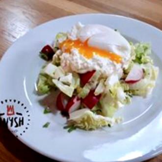 Салат з капусти, сиром, яйцем пашот